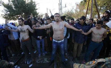 Біженці накордоні зМакедонією взнак протесту зашили собі роти