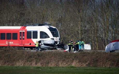 ВГолландии поезд протаранил машину напереезде: два человека погибли