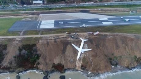 В Турции самолёт выкатился за пределы ВПП и застрял на краю обрыва