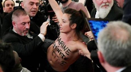 Обнаженная активистка выскочила навыступление приятельницы В.Путина