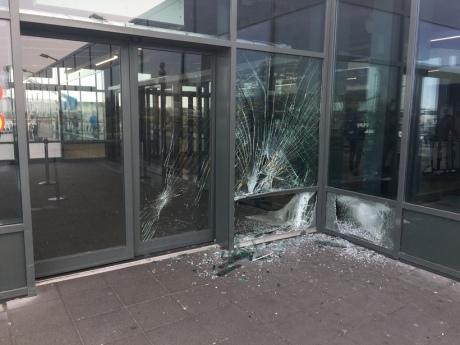 Автомобіль врізався взал прильотів аеропорту Кеблавік в Ісландії