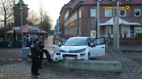 Автомобиль въехал вгруппу людей вГермании