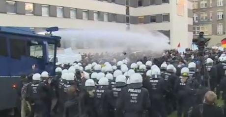 ВКельні поліція застосувала водомети проти активістів антиісламського руху Pegida