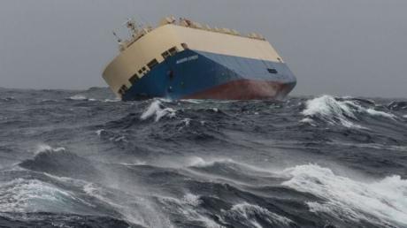 Усторону Франції рухається величезне некероване судно