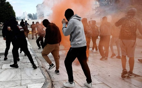 Афинская милиция применила слезоточивый газ против студентов ишкольников