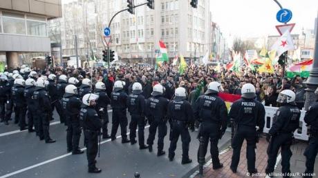 ВКельне тысячи курдов протестовали против военных действий Турции вСирии