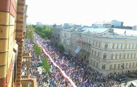 ВПольше десятки тыс. человек вышли наантиправительственный марш