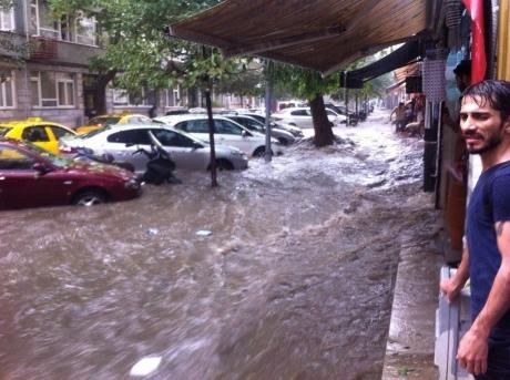 УТуреччині злива спричинила транспортний колапс. Навулицях плавають авто, авіарейси скасувані