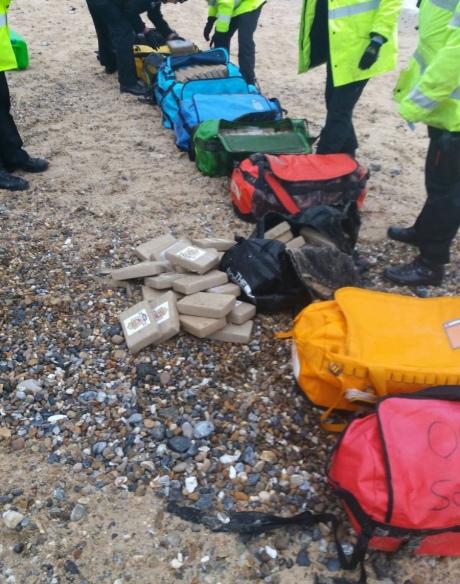На английском пляже волны прибили к берегу мешки с 360 кг кокаина