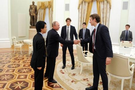 Путин потребовал уСМИ удалить фото сего встречи с английскими студентами