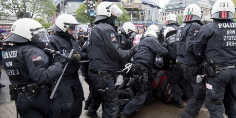Тысячи протестуют вКельне впроцессе съезда «Альтернативы для Германии»