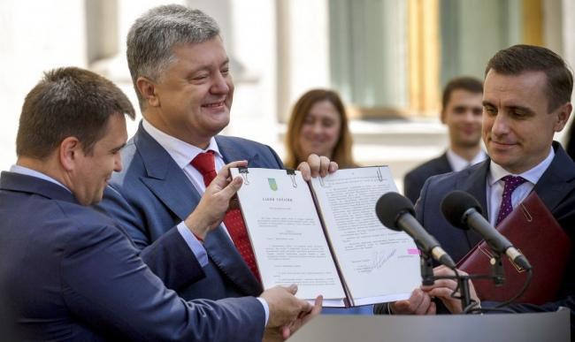 15 червня президент Порошенко урочисто підписав новий закон про дипслужбу