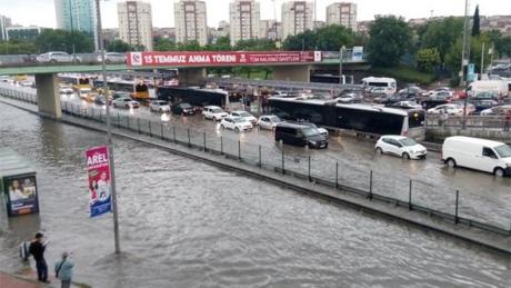 УСтамбулі через зливу таповінь закрили тунель під Босфором