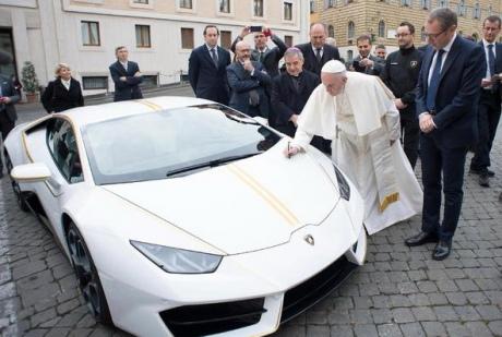 Папі Римському подарували Lamborghini, він продасть його нааукціоні