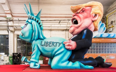 Накарнавале вГермании показали, как Трамп «насилует» Свободу