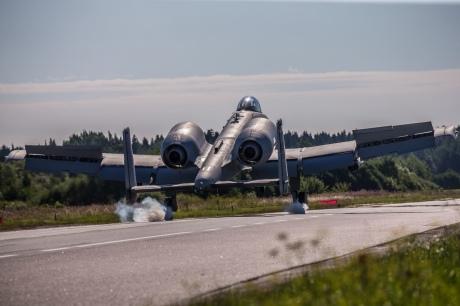 Американські штурмовики А-10 відпрацювали приземлення на шосе під Таллінном