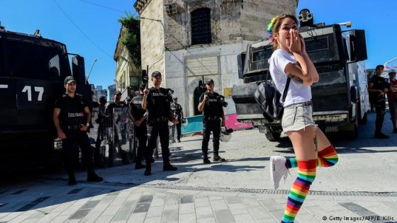 У Туреччині поліція розігнала ЛГБТ-парад сльозогінним газом та кийками