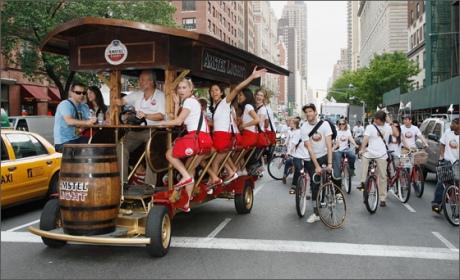 Власти Амстердама запретили известные «пивные велосипеды»