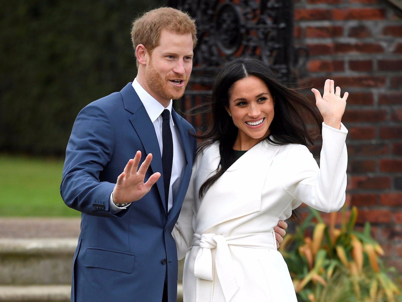 Принц Гарри и его супруга Меган Маркл позируют