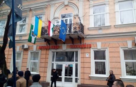 Націоналісти уБереговому зняли угорський прапор із міськради