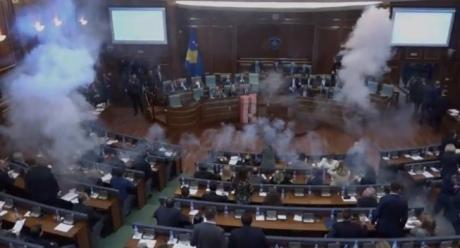 Впарламенте Косова сорвали демаркацию границы сЧерногорией, распылив газ