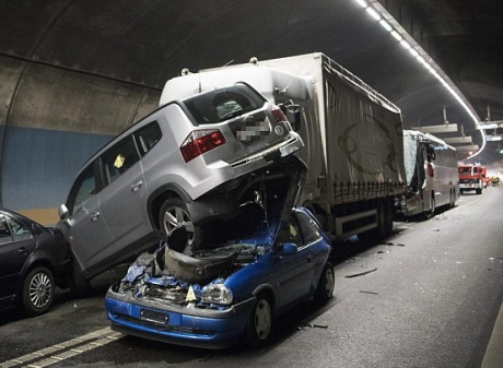 Криваве ДТП уШвейцарії: зіткнулися чотири автівки, автобус тавантажівка